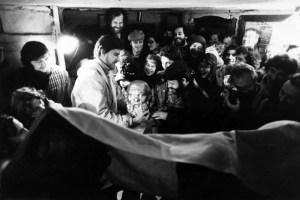 """Выставка в мастерской М. Одноралова, 1979 год, перфоманс А. Дрючина """"Вручение переходящего бюста Сократа группе Гнездо"""" // Фото Валентин Серов"""