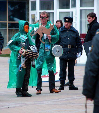 Эльдар Ганеев и анонимный активист на коммунистическом митинге против переименования города