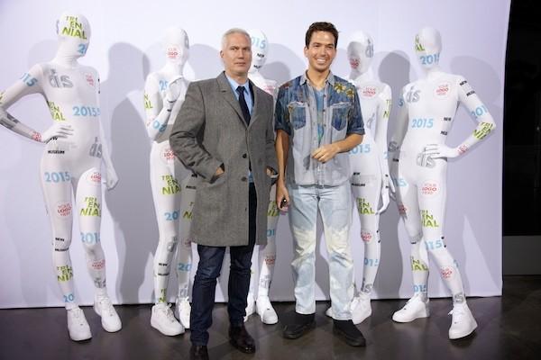 Клаус Бизенбах и Райн Трекартин на Art Basel в Майами вместе с моделями в костюмах DIS. 2014 // Фото: DIS