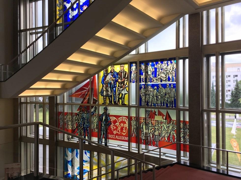 Витраж в здании ESMT // Фото: Елена Ищенко