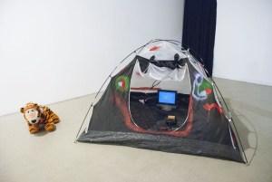 Группа «Пограничные исследования». Безусловный рефлекс, фрагмент «Палатка» (авторская реконструкция, смешанная техника, 2006)