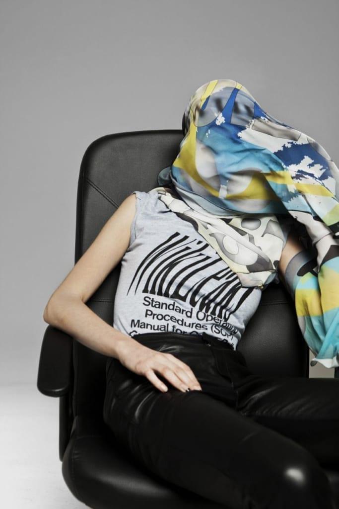 Шарф и футболка WikiLeaks. Metahaven, 2011. Фото: Meinke Klein.