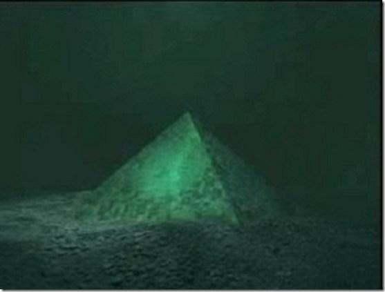 Duas pirâmides gigantes encontradas no centro do Triângulo das Bermudas