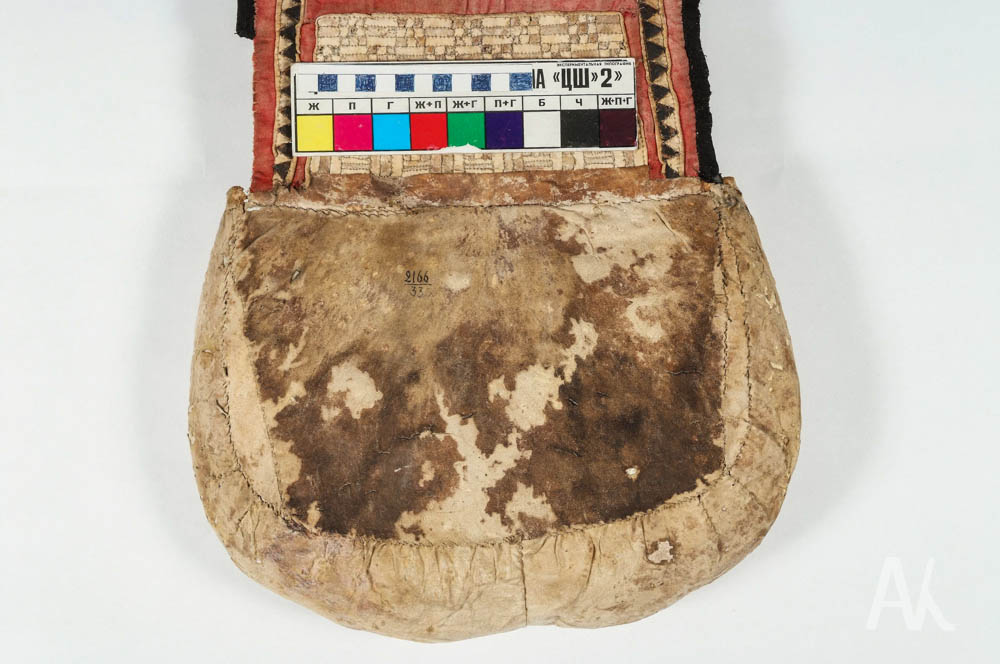Илл. 4. Фрагмент сумки МПК 1093-3 с пятном после очистки и тонировки  DSCF7615