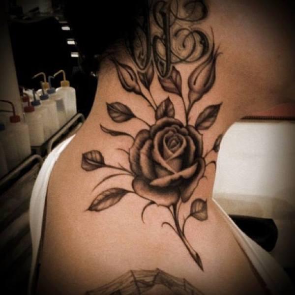 tatuaje mujer cuello