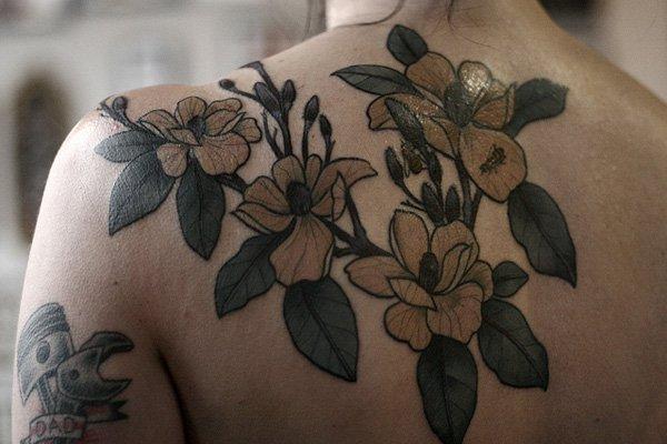 tatuaje mujer flores