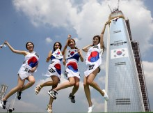 the-chosun-ilbo-august-7-2015-korean-women-korean-flag-korean-nationalism