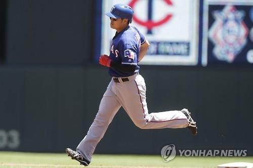 Choo Shin-soo of the Texas Rangers rounds the bases after a solo shot against the Minnesota Twins in Minneapolis in this Associated Press photo on July 3, 2016. (Yonhap)