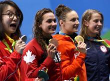 nadadora-chinesa-fu-yuanhui-durante-cerimonia-do-podio-dos-100-m-costas-1470842742107_v2_900x506