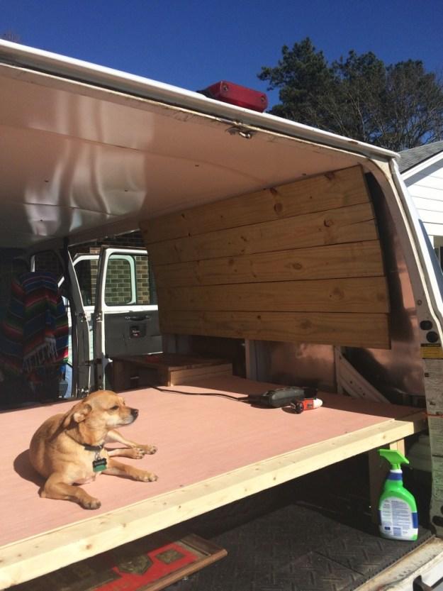 Membersihkan dan menempatkan dinding di van sampai