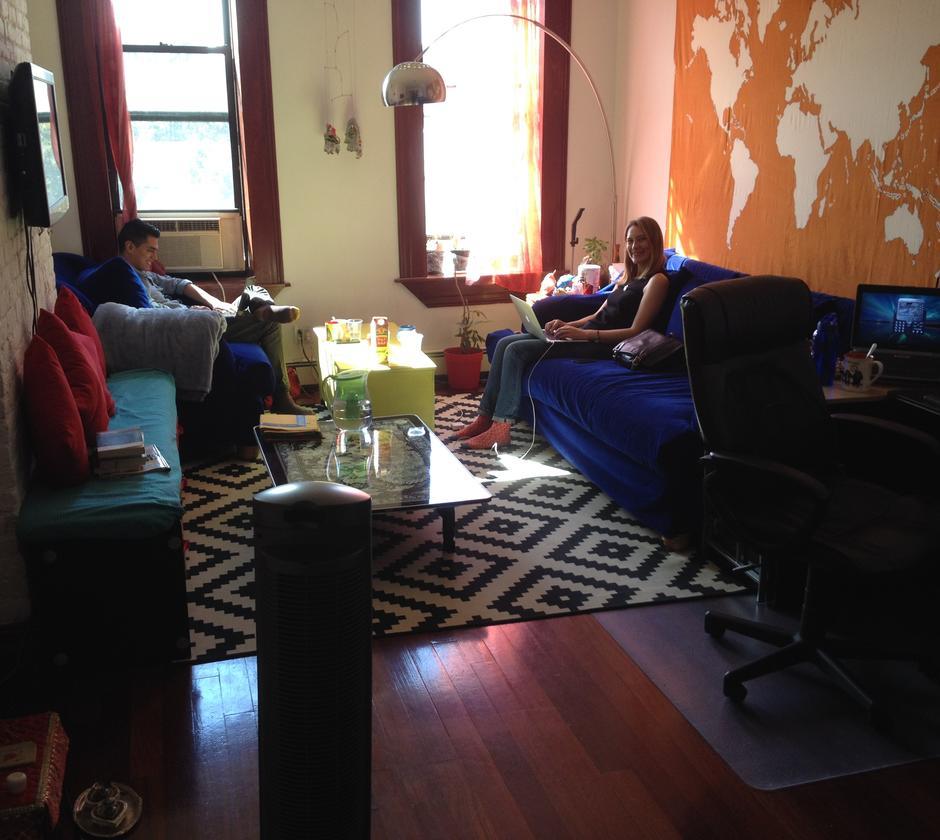Sharona visita escritório do Analista de Impostos Shiv Parikh, em Manhattan