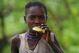 Les photos ont le pouvoir de capturer des moments intimes de la vie des peuples indigènes, comme cette jeune-fille hadza de Tanzanie dégustant du miel.