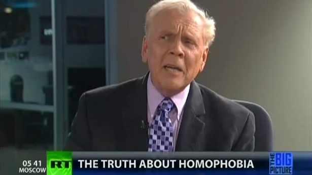 Ο Kirchick είναι αυτός εκεί στη γωνία; Βγάλε τις rainbow τιράντες, παιδί μου! Ο Paul Cameron στο Russia Today, 2012