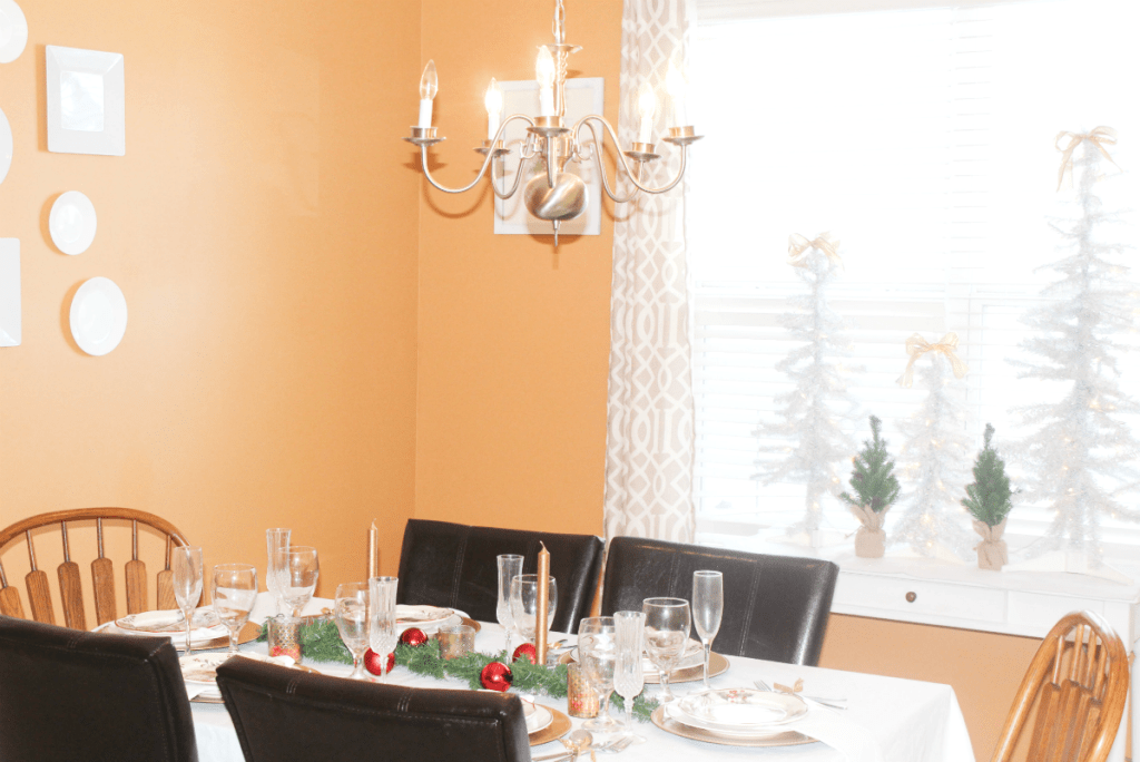 christmas-dinning-room-with-treescape