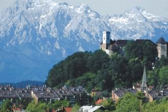 slovenia-ljubljana-castle-moutain-background