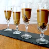 Kaffee-Gebäck und Caramelpudding mit salziger Sauce