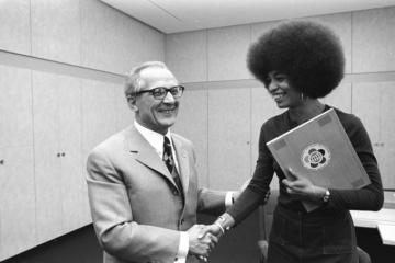 https://en.wikipedia.org/wiki/Angela_Davis#/media/File:Bundesarchiv_Bild_183-L0911-029,_Berlin,_Erich_Honecker_empf%C3%A4ngt_Angela_Davis.jpg
