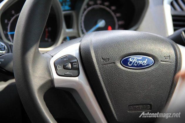 Speedometer dan stir dengan audio switch control pada Ford EcoSport