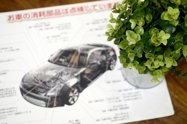堺市中区で車販売・板金塗装・車検を提供するAUTOSHOPSYAKSの待合室のテーブルの写真