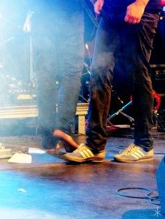 Auch auf der Bühne beliebt: Barfuß – oder Sneakers