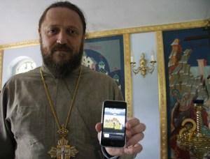 Гедеон показывает журналисту свой мобильный телефон