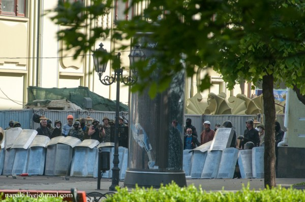 Photo: Pro-Russian paramilitaries firing shots behind the defensive line of riot police / credit: napaki.livejournal.com