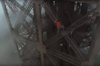 Climbing Eiffel Tower - Screencap 1
