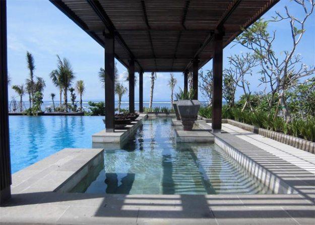 Fairmont Bali 主泳池側邊休息區