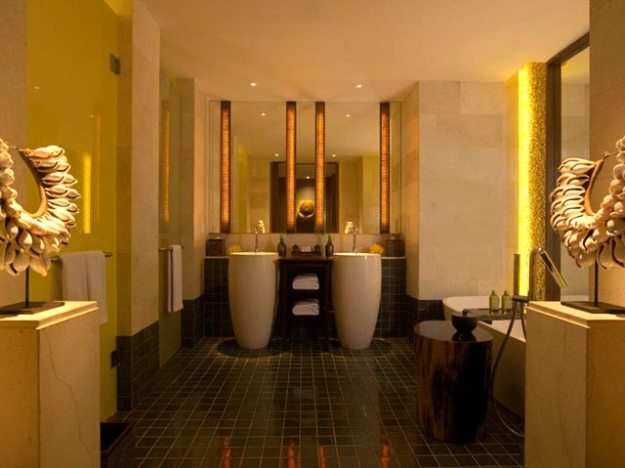 Fairmont Bali 套房的優雅浴室設計