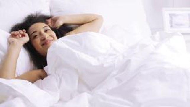 femme-africaine-dormant-dans-la-chambre-coucher-de-lit-la-maison-72053620