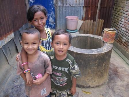 Bocah Kampung Pisang bermain di sekitar sumur mereka. [foto: Anwar Jimpe Rachman]