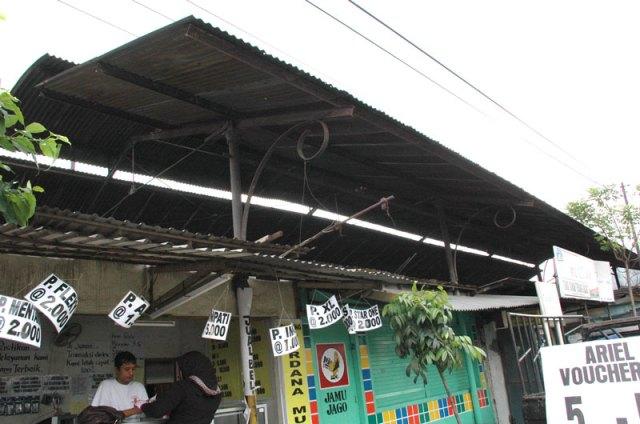 Di Karangpilang terdapat satu-satunya halte trem yang masih utuh di Indonesia. Sebuah bangunan memanjang minimalis bergaya art nouveau yang sekarang menjadi toko jual pulsa HP dan toko meracang  (toko kelontong). Foto: Firman (Surabaya Tempo Dulu)