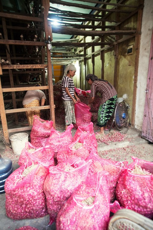 Packing shallots in Pasar Pabean