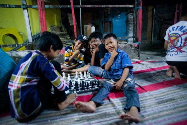 Anak-anak di Dinoyo pada perayaan malam menjelang 17 Agustus. Foto: Erlin Goentoro