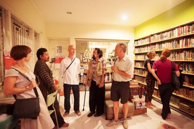 Robbie bersama temannya, Arif Mubin (sebelah kiri Robbie), yang juga membuat ilustrasi sampul bukunya. Foto: Erlin Goentoro