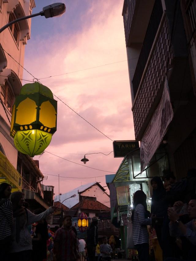 Lampion-lampion dinyalakan menjelang malam. Foto: Debby Utomo