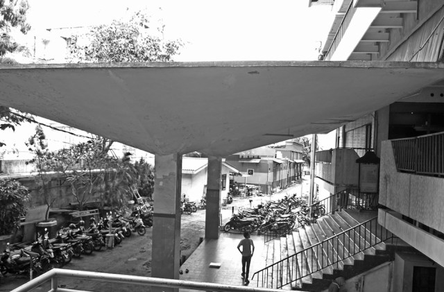 Atap berstruktur payung hypar (hiperbolic paraboloid)—atap payung beton yang lebar disangga oleh dua blok yang ramping.