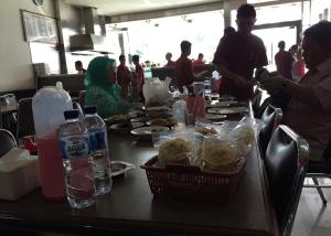 店員が多いインドネシアのレストラン