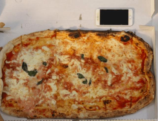 ナポリの巨大で格安ピザ(出典:著者撮影)
