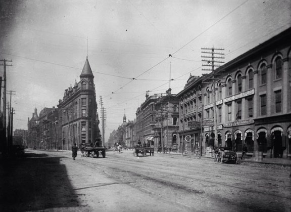 O Flatiron na Front St com a Wellington (1890) - Wikipedia Commons