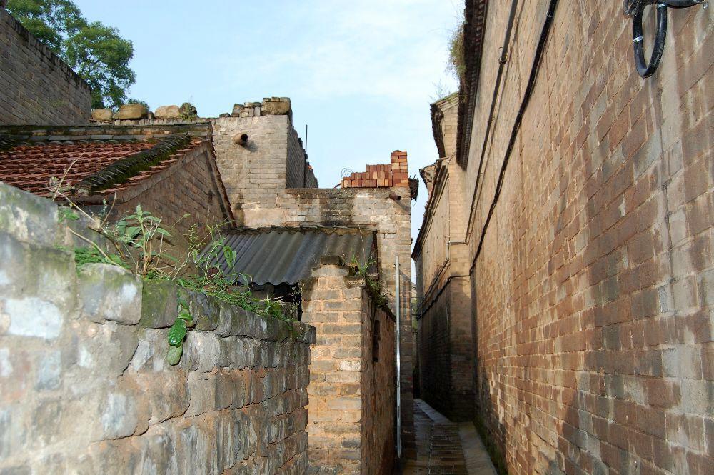 Enge Gassen in einem alten Dorf