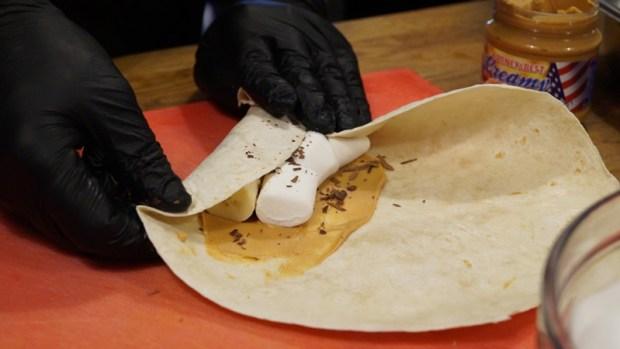 Tortilla mit Banane, Marshmallows und Schokosplitter