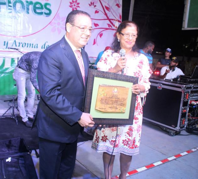 Reconocen a Correa en Festival de las Flores