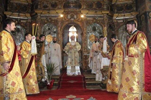 prima-liturghie-arhiereasca-din-anul-2013