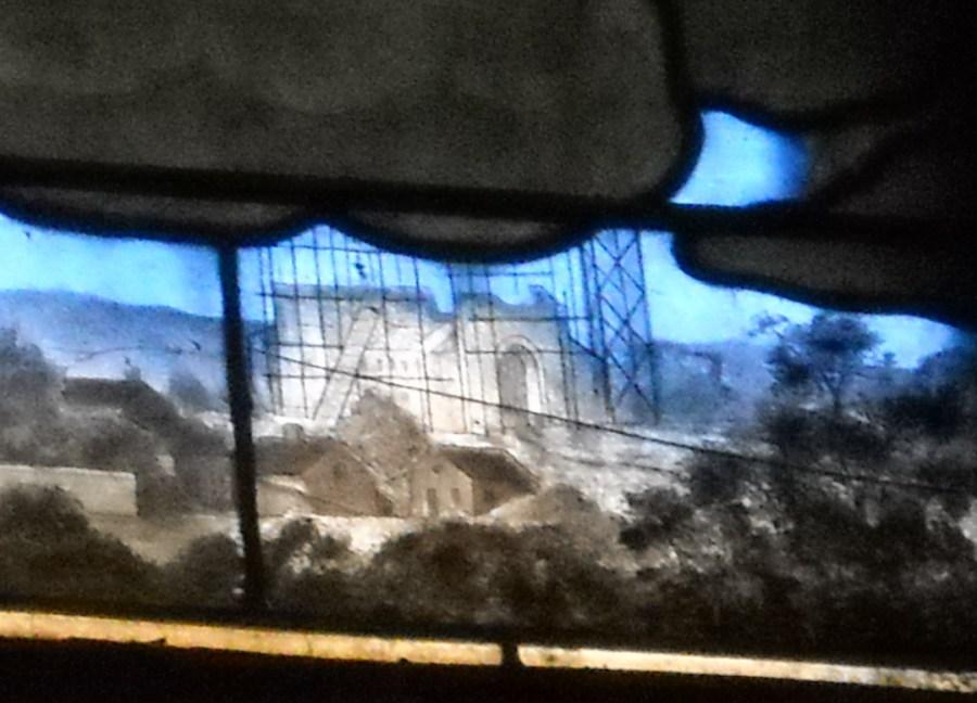 Détail du vitrail : la basilique en construction