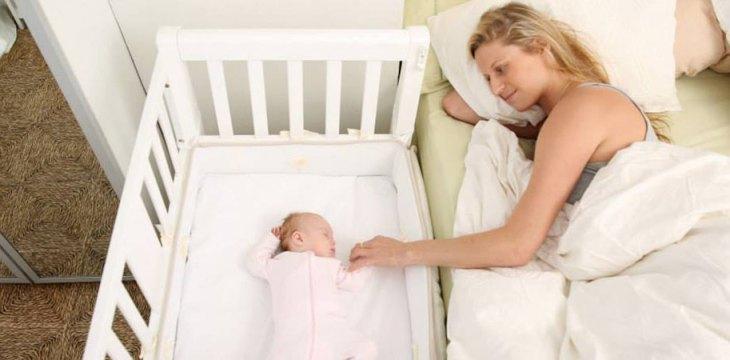 Co-sleeper, o berço acoplado à cama da mãe