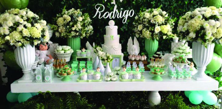 Festa de batizado em tons de verde e branco