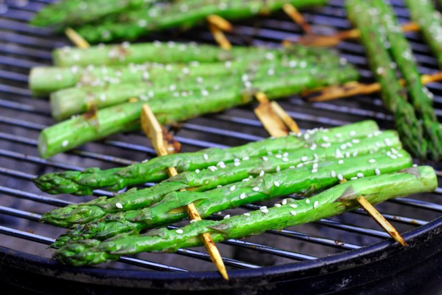 Groene asperges met sesam, soja en knoflook.