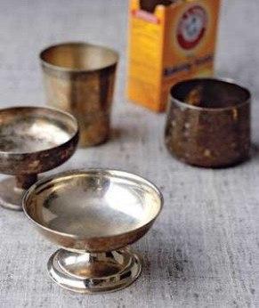 Для чистки серебра используйте обычную соду. Помойте серебряную вещь, поместите на лист алюминиевой фольги на дно кастрюли. Затем добавьте раствор соды (¼ чашки соды, несколько чайных ложек соли и литр кипящей воды). Оставьте на несколько минут. В результате химической реакции вся темнота с поверхности исчезнет.