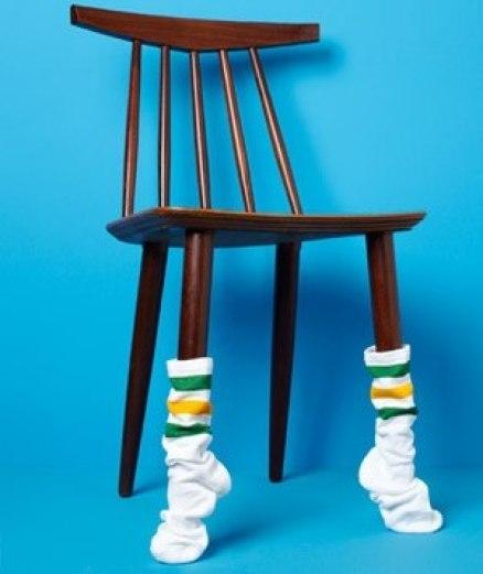Защитить пол от царапин при перестановках помогут носки, надетые на ножки столов и стульев.